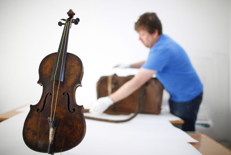 Sean Madden, of Fine Art Conservation works to show the violin played by bandmaster Wallace Hartley during Titanic's tragic maiden voyage, during a photocall to the media in Lurgan, Northern Ireland, Monday, Sept. 16, 2013.  The violin will go on display to the public at Titanic Belfast on Wednesday.  The instrument, which was discovered in an attic in North Yorkshire, England in 2006, and was earlier this year verified as that which second-class passenger Wallace Hartley played on Titanic's fateful night of April 14th, 1912.  (AP Photo/Peter Morrison) Beeld AP