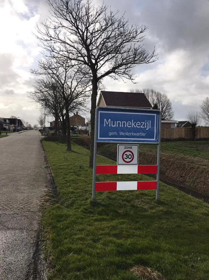 Bewoners van Munnekezijl, onderdeel van Noardeast-Fryslân, veranderde hun plaatsnaamborden al eens, uit protest.