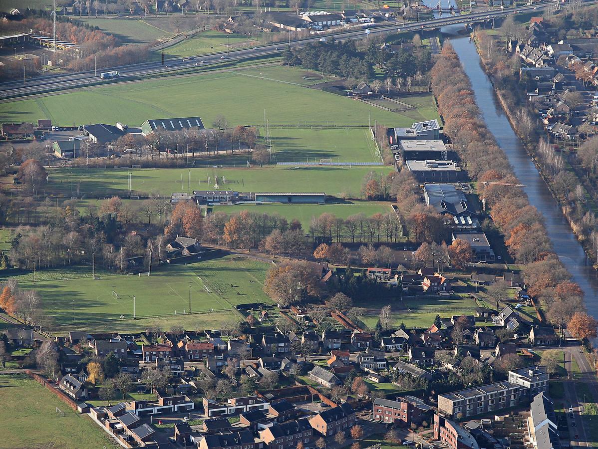 Sportpark Moorland in Oirschot, met rechts het Wilhelminakanaal. (Archieffoto)