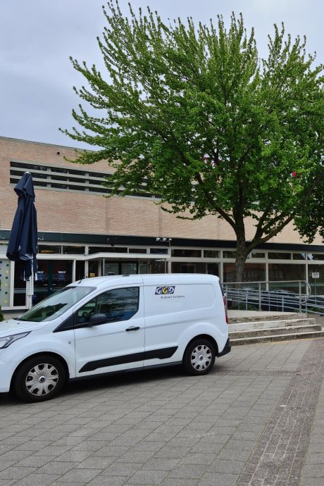 De auto uit voor een coronatest; vanaf woensdag zit de teststraat van de GGD in sporthal De Braak