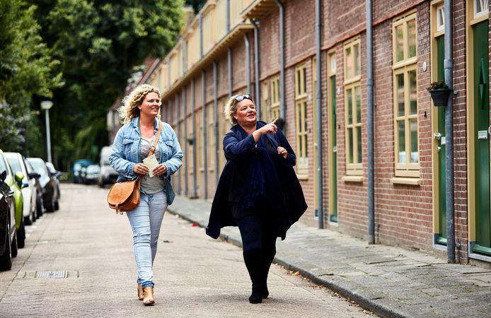 Hedy van den Berk (r) wandelt door Vreewijk.