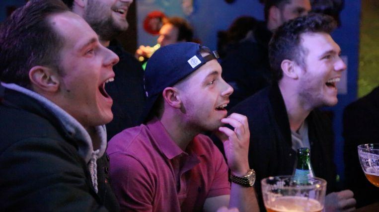 In Jeugdhuis Ifiginea in Merchtem komen jongeren elke week samen om te lachen met 'Temptation Island'. Beeld Tom Christiaens