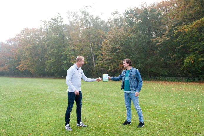 Dennis van Vilsteren (links) en Reitse Sybesma maakten samen een kinderboek. Het grasveld van Summercamp Heino speelt een rol in het verhaal.