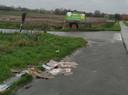 Op de hoek van de Baljuwstraat met de Sint-Pietersstraat liet iemand weken geleden karton achter.