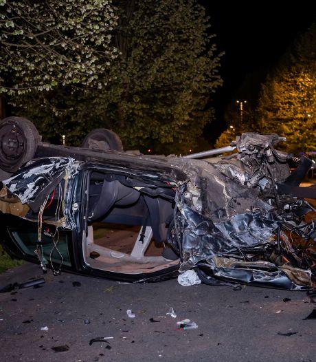 Automobilist zwaargewond bij botsing tegen boom in Tilburg