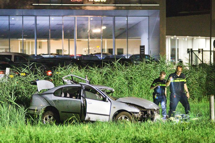 Politiemensen bekijken sporen bij de auto waarvan de inzittenden mogelijk lachgas gebruikten.