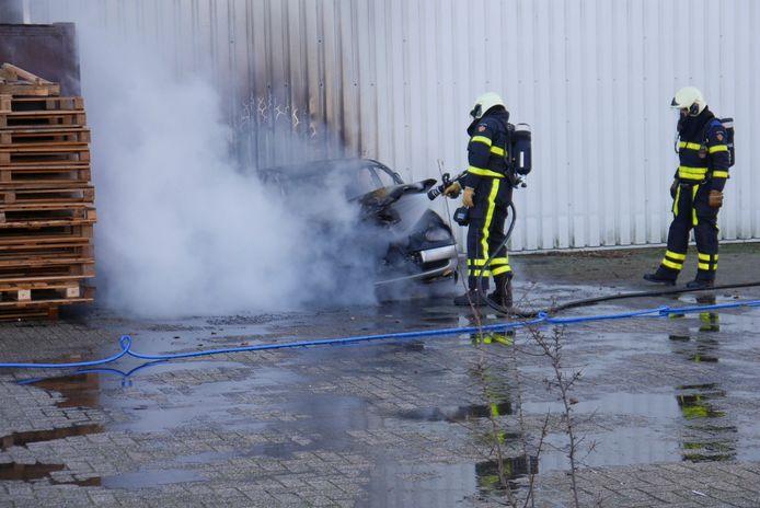 Auto brandt uit aan de Takkebijsters in Breda.