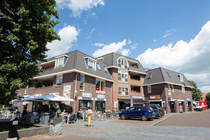 Dit grote appartementencomplex op de Schapenmarkt wordt door comedian Johan Kampman gezien als een voorbeeld van  de 'vakkundige verkrachting' van het dorp Hellendoorn. Hij vindt dat veel beter moet worden nagedacht over wat  hier wordt gebouwd.