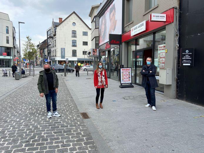 Nieuw belastingsreglement om leegstand tegen te gaan. Op de foto in de Leuvensestraat vlnr: Didier Cortois, Tine Paredis en Jo De Ro.
