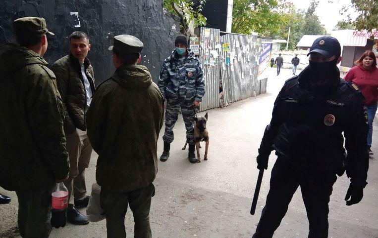 Politie in de buurt van de universiteit in de Russische stad Perm. Beeld REUTERS