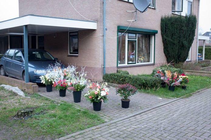 De oprit van het huis in Pannerden is vol gezet met bloemen.