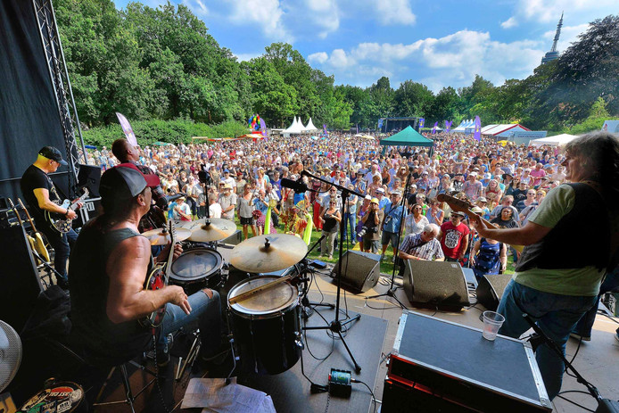blommenkinders festival op vrouwenhof in roosendaal met op podium the juke joints met jan akkerman(l) Foto peter van trijen
