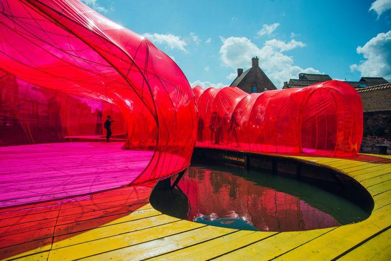 Het drijvende paviljoen van het Spaanse architectenduo Selgascano, tijdens de Brugse Triënnale. Beeld Daniil Lavrovski