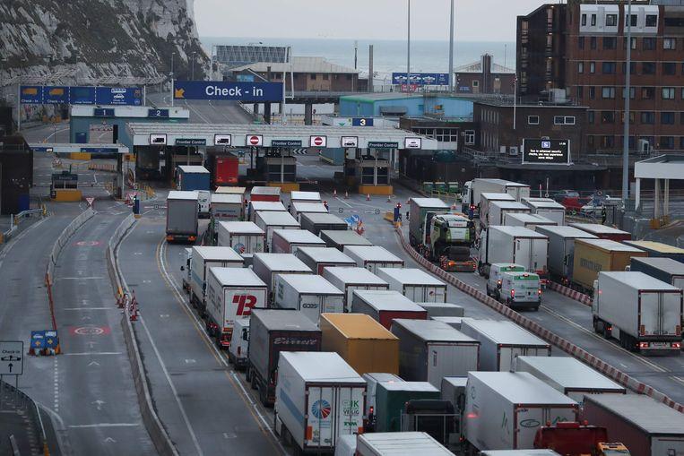 Lange wachtrijen aan de haven van Dover.