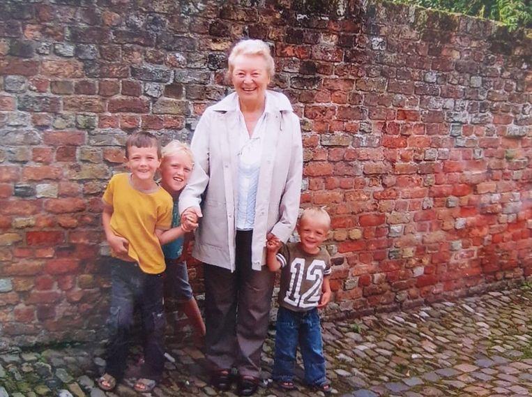 Tara O'Connor met haar oma Mary tijdens een vakantie in het Zeeuwse Veere. Tara staat links van haar oma.   Beeld