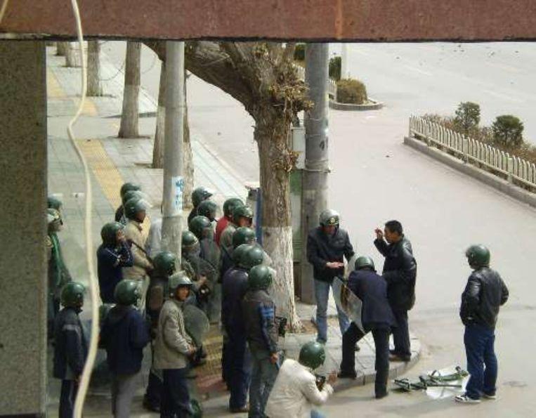 In Lhasa is de oproerpolitie massaal aanwezig.