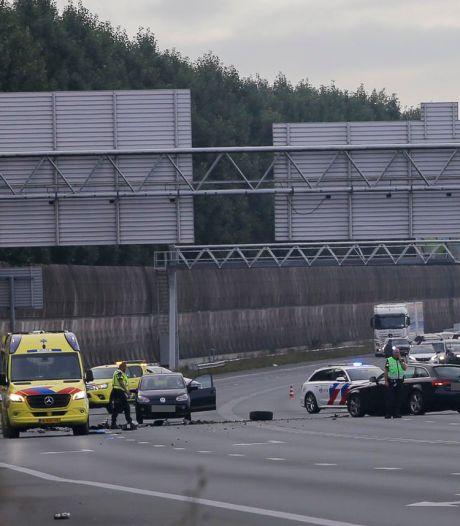 Auto schiet door middenberm van A2 en crasht op andere auto: bestuurder aangehouden
