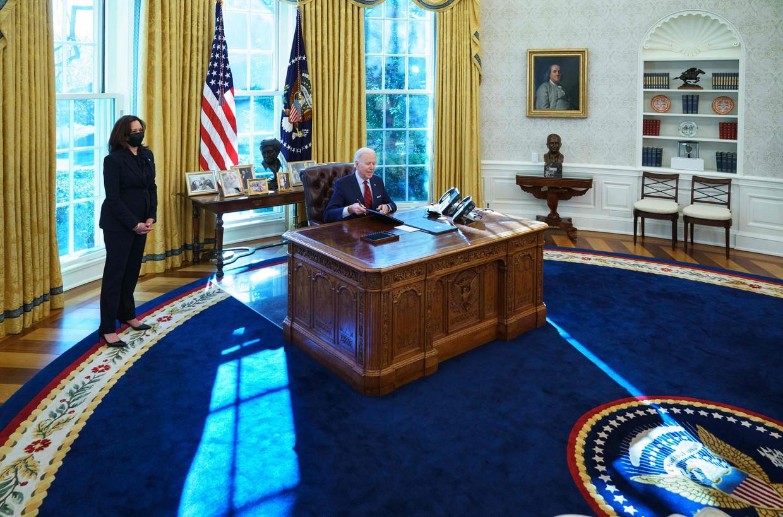 President Joe Biden met vicepresident Kamala Harris (links) in Washington.  Beeld AFP