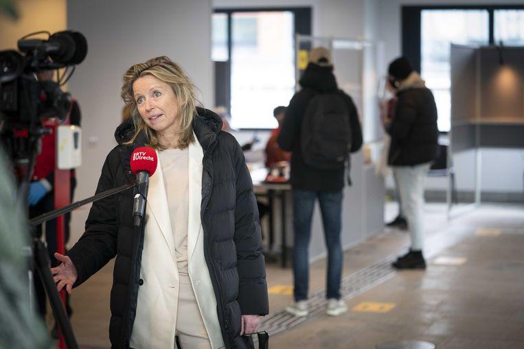 Ollongren in een stembureau in Utrecht. Beeld ANP