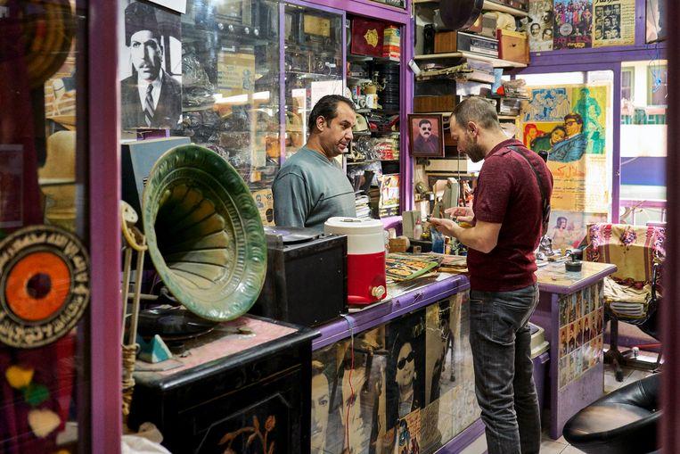 In verborgen antiquariaten snuffelt Fred naar zeldzame Egyptische singles.  Beeld Hannes Vandenbroucke