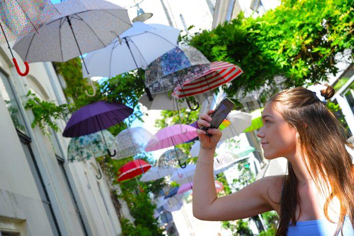 Kleurige paraplu's fleuren de binnenstad van Middelburg op