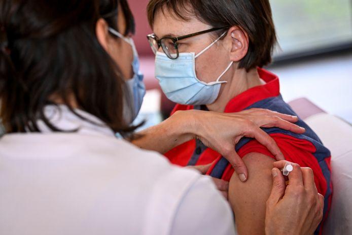 Een Belgische zorgmedewerker wordt gevaccineerd met het Pfizer-vaccin.