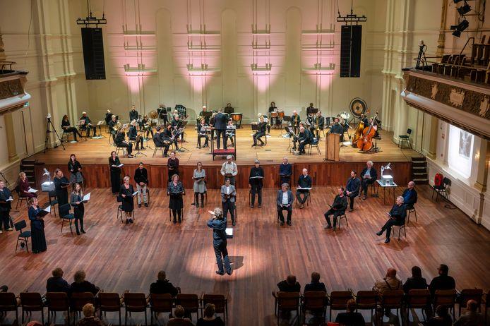 Remake in coronatijd van het muziektheaterspektakel Op het Puin van mei 1946. De compositie van Robert de Roos kreeg een bescheiden uitvoering in de Muzenzaal van Musis.