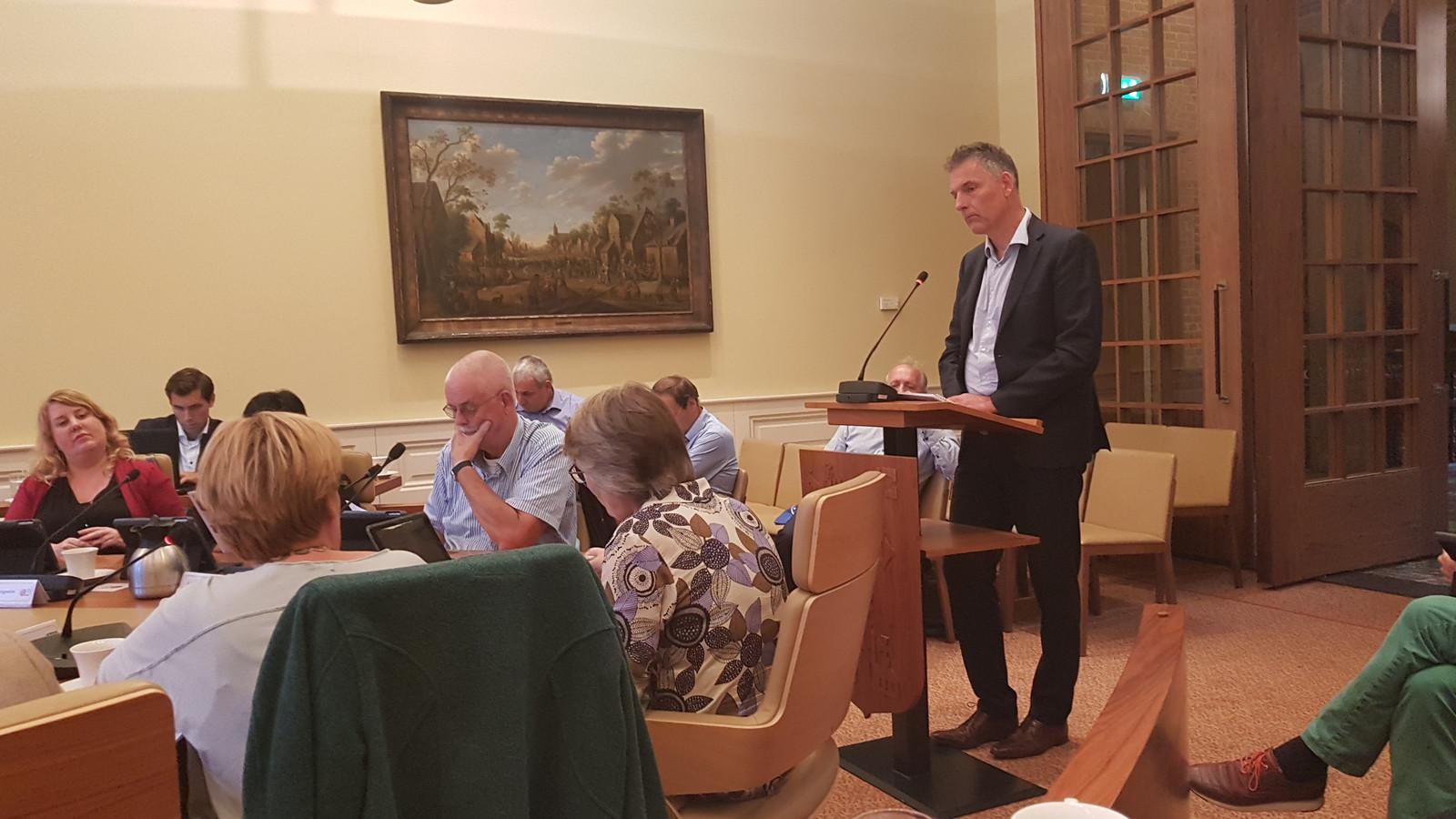 Directeur Jeroen van den Eijnde van nationaal monument Kamp Vught sprak de commissieleden aan het begin van de bijeenkomst toe