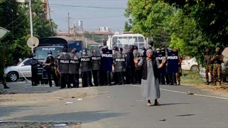 De non stapte op de gewapende veiligheidstroepen af in Myanmar. Beeld screenshot