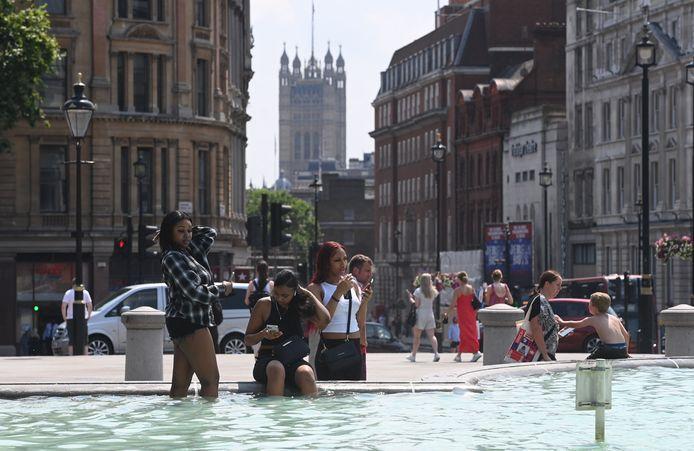 Des Londoniens se rafraîchissent dans les fontaines de Trafalgar Square, le 21 juillet 2021.