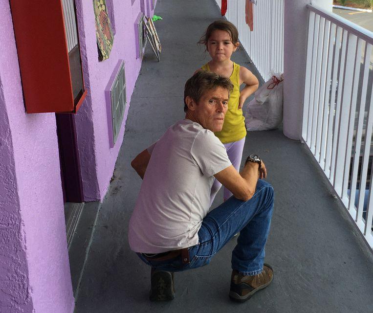 Karakterkop Willem Dafoe speelt verrassend zachtaardig, Brooklynn Prince schittert in haar rol als Moonee. Beeld Marc Schmidt