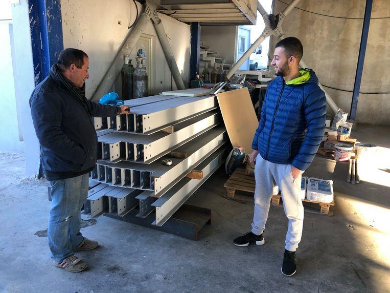 Vader Andrea en zoon Redon Kalaveri in hun bouwbedrijf.  Beeld Thijs Kettenis