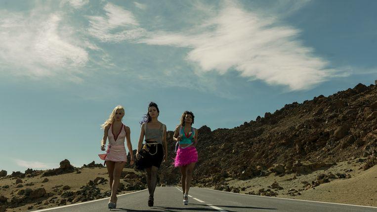 De drie heldinnen Coral, Gina en Wendy zijn geen willoze prooien maar wraakgodinnen. Beeld TAMARA ARRANZ