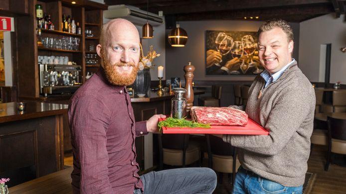 Jurjen Folkers (links) krijgt van Maurice van Wijk, eigenaar restaurant Fabels, informatie over het bijzondere T-bonevlees.