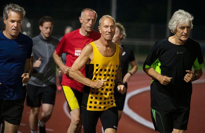 Henny van Verseveld (geel shirt) staat zaterdag aan de start bij de NK masters.
