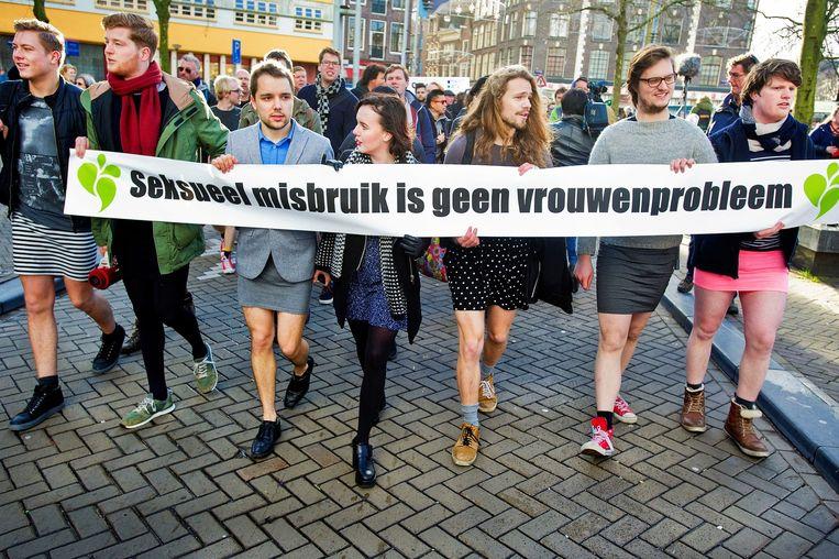 Mannen en vrouwen lopen in minirokjes op de Nieuwmarkt. De deelnemers willen hiermee een statement afgeven na de massale aanrandingen in Keulen. Beeld anp