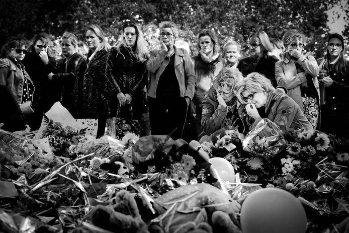 De rouwende juffen van de vier omgekomen kinderen op 21 september 2018, nabij de rampplek waar een dag eerder het drama met de Stint en een trein zich voltrokken heeft.