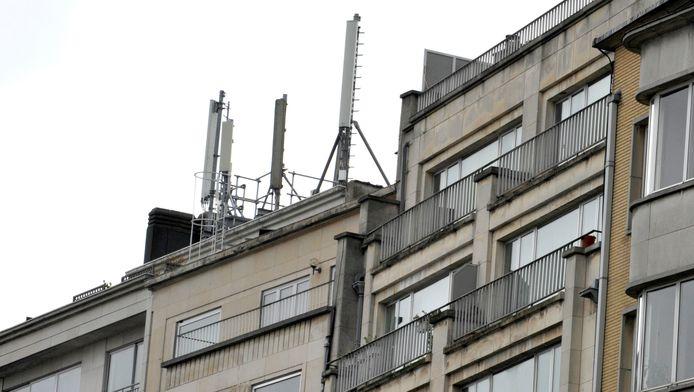 Antennes GSM sur le toit d'un immeuble à Bruxelles.