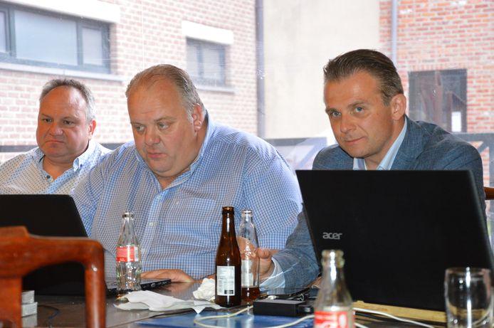 Guy D'haeseleer (Vlaams Belang) met zijn Denderleeuwse collega Kristof Slagmulder  in Ninove terwijl de verkiezingsresultaten binnenstromen.