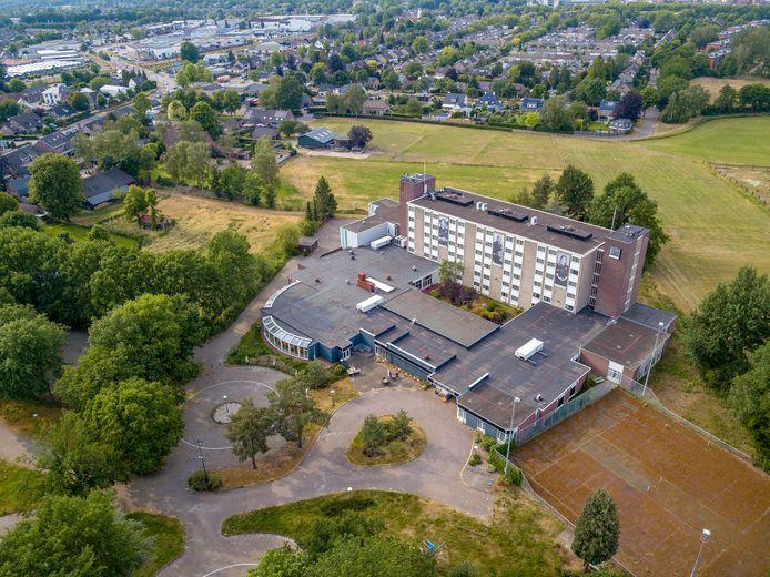 Het voormalige NH Hotel in Geldrop  -  nu The Stayy-  wordt tijdelijk gebruikt als priklocatie voor huisartsen aangezien verwacht wordt dat zij vanaf half mei niet meer in sporthallen terechtkunnen om te vaccineren.