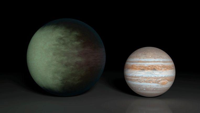 Kepler-7b (links) is iets groter dan Jupiter (rechts), het is de eerste exoplaneet waarvan de wolken in kaart zijn gebracht. Beeld NASA