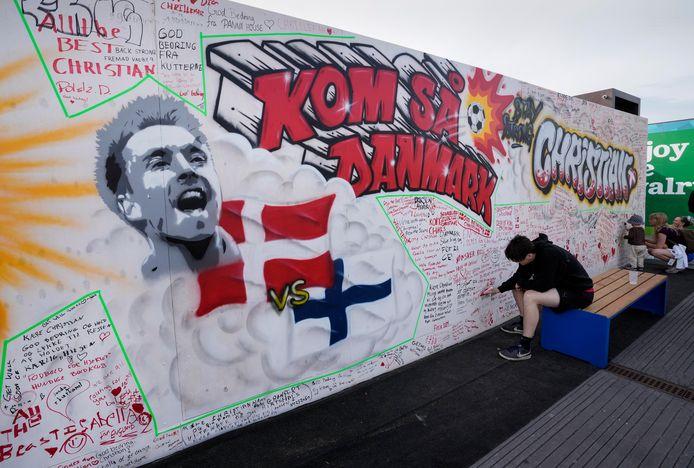 Graffiti voor de op het EK voetbal door een hartstilstand getroffen voetballer Christian Eriksen.