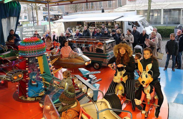Gemeentebestuur en marktkramers trakteerden de Meerhoutse kinderen op ritjes op de paardenmolen.