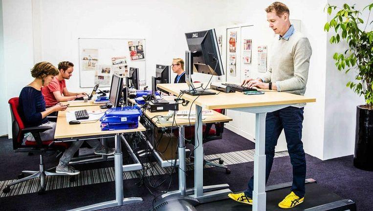 'Walking desks', met een loopband eronder, zijn in opmars - al is het niet de bedoeling om daarop te gaan hardlopen: heel rustig stappen volstaat. Beeld Shody Careman