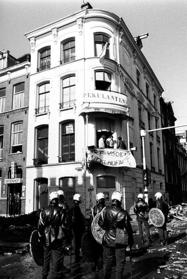 Het pand Vondelstraat 72, op de hoek met de Constantijn Huygensstraat, wordt op 23 februari 1980  in Amsterdam gekraakt. Foto GPD<br /> Beeld