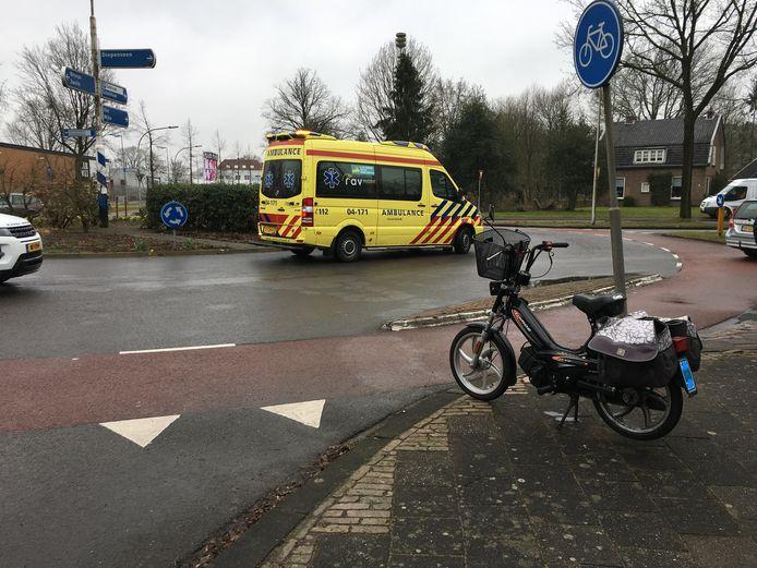 Vrouw op snorfiets komt ten val na aanrijding op rotonde Laan van Borgele in Deventer