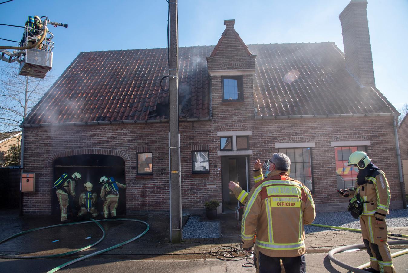 Het vuur verspreidde zich onder het dak van de woning.