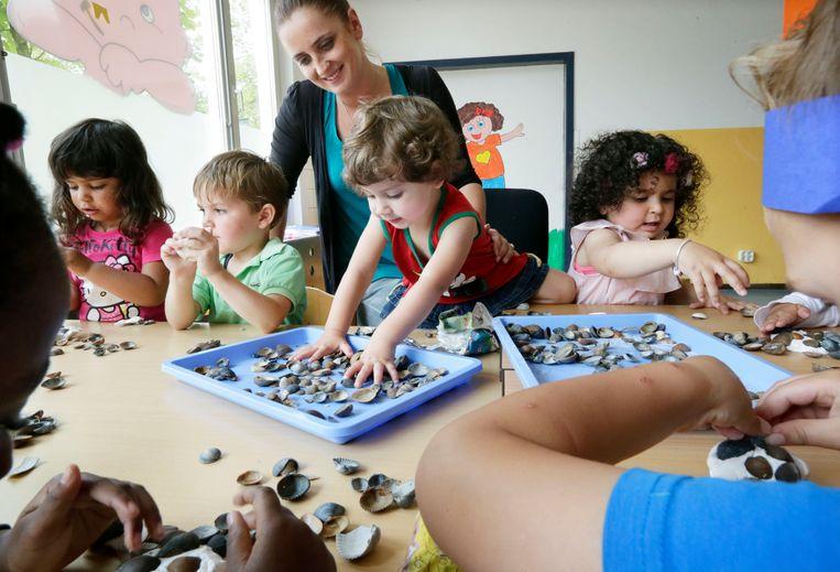 Voorstanders hopen dat meer anderstalige of kansarme(re) kinderen naar school gaan door een verlaging van de leerplicht. Beeld Hollandse Hoogte / Joyce van Belkom