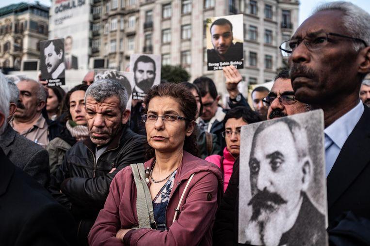 Istanbul, Turkije, 24 April 2019.  Mensen houden afbeeldingen vast van gedode slachtoffers, omgekomen tijdens de Armeense genocide.  Beeld Hollandse Hoogte / Joris van Gennip
