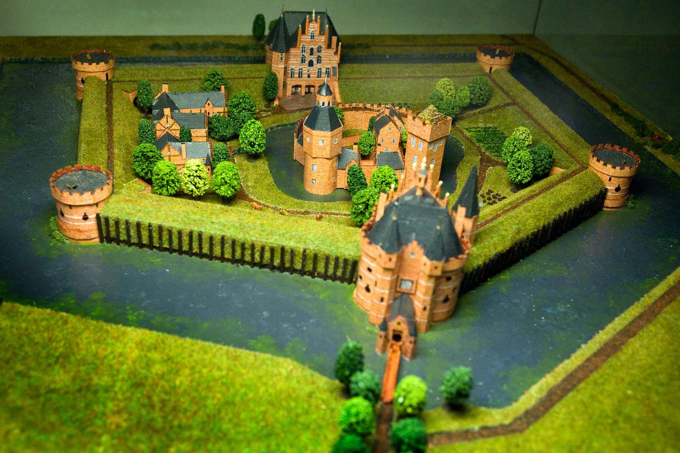 Vier torens, twee stevige poortgebouwen, met houten palen versterkte wallen en een heleboel water moesten rond 1550 de vijand buiten houden, zo is te zien op deze maquette van het Kasteel van Wouw. foto's Tonny Presser
